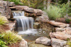 Waterval bij de vijver opnemen in ontwerp